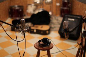 Foto micrófono y guitarra