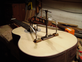 Foto proceso encolar puente de guitarra.